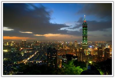 夕陽落下後,這個城市的大小燈光就有如約定好了一般,東邊一盞、西邊一盞好像相互呼應般的亮了起來。