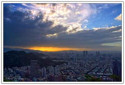 如果要說太陽下山時,有怎樣的景色會是最精彩的,我喜歡有非常多雲的時候,因為雲的表情本身就是千變萬化,如果搭配上落日的餘暉,那就是更加的精彩了。