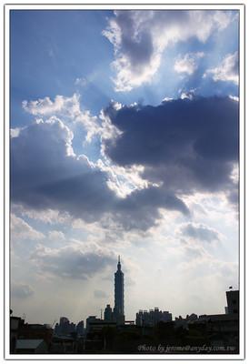 真正想拍照的時候,總是感慨找不到好風好景,就算是天氣好,也找不到好的雲彩來配合。漂亮的光線總在不經意的時候發生。Taipei 101  上的耶穌光