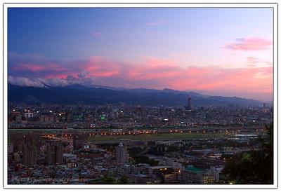 慢慢的太陽下山了,雲染成了一片紅,城市的燈光開始閃亮