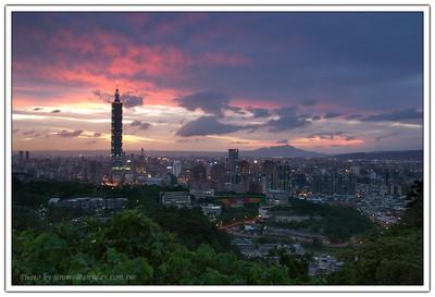 Taipei 101 天上的雲,開始紅了起來,好像是尖塔將天上的雲點燃了