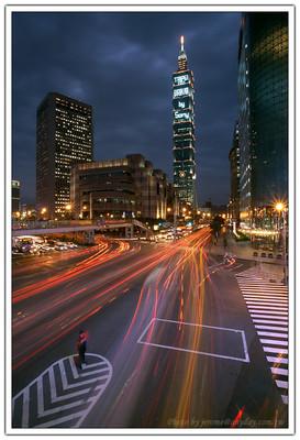 本來只是單純的拍拍車流,但是把這個交通警察帶入畫面的左下角之後,感覺畫面的更有趣了起來,在不斷流動的畫面中,一個靜止的人在指揮這些動線的進行,與原處的建築物與 Taipei 101 相互對應。