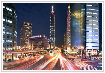 Taipei 101 與車流的軌跡,在信義路與基隆路交叉路口閃耀
