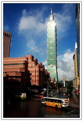 下午拍完彩虹在整理相片時,一直覺得奇怪怎麼彩虹的外圈還有一層淡淡的一圈,想說是不是因為陽光從 Taipei 101 的帷幕玻璃反光到鏡頭折射的關係。可是仔細看看每一張相片,怎麼幾乎每個角度同樣距離都有那一圈淡淡的光暈呀!