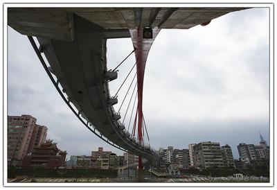 所以整座橋呈現的是 包括了拱橋、斜張橋、吊橋與懸索橋幾種結構的混合體,有相當的趣味性存在。
