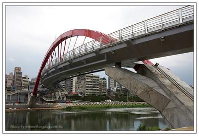台北市也將有一做彩虹橋了喔!這是一座跨越台北市基隆河,連結饒河夜市與內湖新明路興建的橋樑喔。
