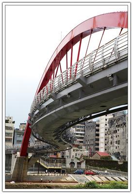 這個橋樑最大的特徵就是以紅色拱圈橋肋為結構主體,但是橋的主體是以 S 型的形狀呈現。
