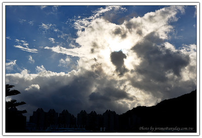 然後另外一邊的天空還可以看到太陽被漂亮的雲遮住,跑出來漂亮的光線