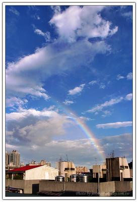 早上一起來是有一點點毛毛雨的晴朗天氣,於是決定帶著 GRD 先到頂樓去巡視一下,突然發現西邊又出現了彩虹,於是馬上用 GRD 先拍兩張頂著。