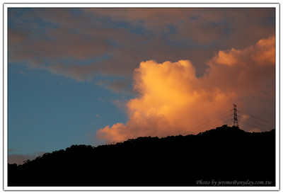 望望南邊的雲,印襯著遠方的山頭,還有一點不錯的風景
