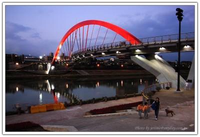 太陽剛下山時候的台北彩虹橋,遊客並不多