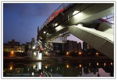 台北彩虹橋特殊的 S 型的造型