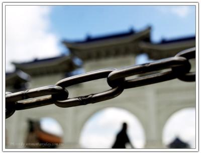 鎖鍊禁錮下的大中至正牌樓
