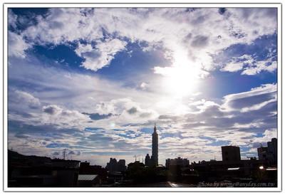 又是一個不怎麼被看好的上午,但是午後整個台北市的空氣透明度突然增加到 20KM,雲也開始變得有型了起來。於是拿起 GRD 到屋頂去拍了一下現在的好風好景留作紀念。