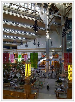 4F 都會廣場挑高40米,佔地約 500 坪,整個是以一個大尺度的龍骨構架來支撐並透過結構的空隙來採光。