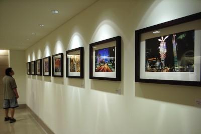 作品在 Taipei 101 三樓的電梯間展覽