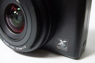 這個就是 DP1 用的鏡頭,焦段換算成 35mm 等距為 28mm,光圈 4.0。