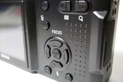 DP1 的四向按鈕是控制上非常重要的位置。中間是 選單兼確定鈕;左右依照 P, A, S 模式的不同,控制光圈或是快門的大小,如果是 M 模式的話,加上利用曝光補償鍵來切換調整的光圈還是快門。