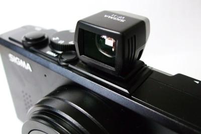 因為 DP1 不具有光學觀景窗,所以有一個選購配件 VF-11 ,可以放置在熱靴上作為光學觀景窗使用,但是僅有看的功能,相機的其餘資訊並不會出現在 VF-11 內。