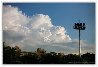 這一種天氣還有一個很標準的天氣類型就是,夏天的雲的感覺開始出來了,所以最近的雲都好有型。