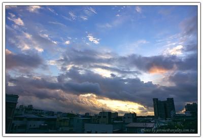 帕布颱風要來了,清晨五點半中央氣象局發佈陸上警報後,看看外面的天色有異色,於是跑到頂樓去看看,發現雲的形狀很棒,光影的感覺真是好呀!