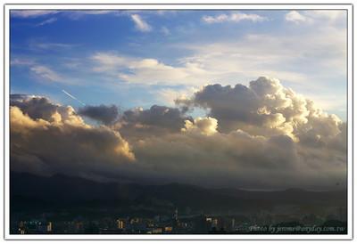 今天的雲很漂亮感覺非常立體,搭配剛升起的陽光,跟這個城市說早安!