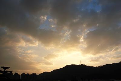 看到了有點刺眼的陽光跟些許的藍天,感覺真好,雖然可能只有一大清早是這樣,但是也讓人精神一振,早安台北!