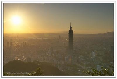 在太陽剛下山的前半小時,面對太陽將要落下的方位,這個城市是充滿類似末日城市的景觀。