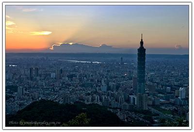 隨著太陽的落下,被雲彩擋住的光線,開始顯現落日的諸多風情。