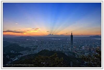 隨著太陽的落下,霞光開始顯現,這個城市也不干示弱,開始點燃了他的萬家燈火。