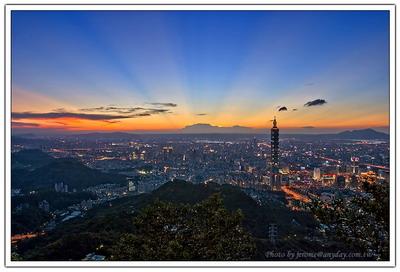 隨著太陽的慢慢下山,這個城市越來越漂亮了。
