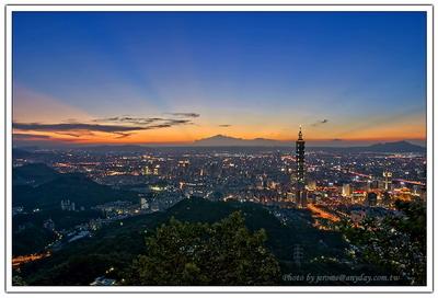 說實話,我喜歡在這個時分在山上,一面吹著晚風,一面看這個屬於我們的城市,開始展現他夜的色彩。