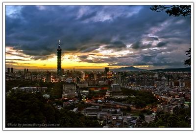 順更多的烏雲飄來,夕照只能躲在小小的一角繼續燦爛,慢慢的這個城市的夜甦醒了