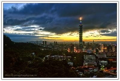 烏雲越來越多,也飄的越來越低,劃過 taipei 101 的尖塔的雲,讓尖塔的燈光,好似被點燃的火炬